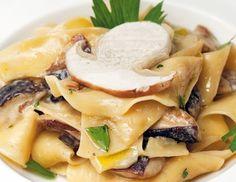 Für die Pappardelle (breite Bandnudeln) aus Mehl, Eiern und einer Prise Salz einen Pasta-Teigzubereiten. Dünn ausrollen, antrocknen lassen und in 3