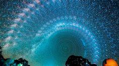 Comparte en WhatsAppDe seguro conoces el nombre de la Vía Láctea, pues ésta es la galaxia donde se encuentra ubicado nuestro Sistema Solar. No obstante, tal vez no sabías que, en ocasiones, es posible observarla en el cielo. La Vía Láctea se caracteriza por ser una galaxia espiral. Está compuesta por tres partes: un halo