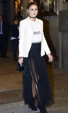 Polera gráfica blanca básica + falda larga negra con encaje o transparencia + blazer blanco