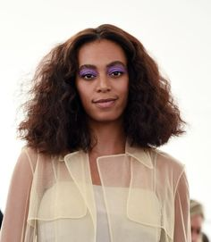 Solange Knowles attends the Creatures of Comfort fashion show during New York Fashion Week September 2016 at Industria Studios on September 2016 in New York City. Oval Face Hairstyles, Long Bob Hairstyles, Afro Hairstyles, Curly Hair Styles, Hot Hair Styles, Natural Hair Styles, Celebrity Makeup Looks, Celebrity Style, Celebrity Haircuts