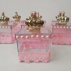 Decorated acrylic box: ideas and suggestions to personalize - Crafts Step by Step! Princess Theme, Baby Shower Princess, Princess Birthday, Wedding Favors, Party Favors, Diy Arts And Crafts, Shower Favors, Baby Shower Parties, Baby Shower Decorations