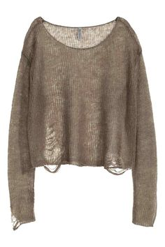 Camisola canelada: Camisola curta em malha lassa canelada com pormenores de muito desgaste, decote ligeiramente mais largo e mangas compridas.