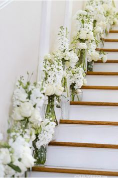 all white wedding staircase decorations for elegant wedding ideas Wedding Staircase Decoration, Wedding Stairs, White Wedding Decorations, Christmas Stairs Decorations, All White Wedding, Chic Wedding, Floral Wedding, Wedding Flowers, Aisle Flowers