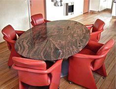 Ei tafel in graniet uitgevoerd, door de assymetrische vormgeveving in zowel grote als kleine ruimtes te plaasten. leverbaar op maat in zowel graniet, hout en gelakt glas. www.kulowany.nl