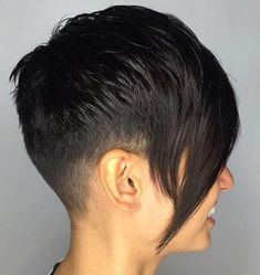 Tapered Pixie With Long Side Bangs haircut types Pixie Long Bangs, Superkurzer Pixie, Pixie Cut Blond, Very Short Pixie Cuts, Super Short Pixie, Long Side Bangs, Longer Pixie Haircut, Short Layered Haircuts, Blonde Pixie