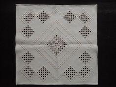 Herrliche Hardanger-Deckchen (3) schöne Handarbeit unbenutzt 40x40 beige CB870