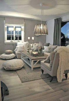 Gemütliches Landhaus Wohnzimmer in grau/taupe Farben. Die vielen Kissen strahlen eine einladenden Wohlfühl-Atmosphäre aus.
