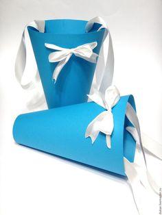 Купить или заказать Конусы и пирамидки под цветы в интернет-магазине на Ярмарке Мастеров. Оригинальная и очень популярная в последнее время идея - дарить цветы в конусах, трапециях и оригинальных складывающихся пакетах. Возможен любой цвет и размер. В стоимость входят атласные ручки. Возможно нанесение наклейки с вашим пожеланием. Конусы крафт - 25 грн Конусы из дизайнерского картона - 30 грн Пирамидка - 55…