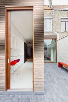 Hoe een donker arbeidershuisje licht, ruimte en gezelligheid geven? Dat was de hamvraag die interieurarchitect Frank Sinnaeve voorgeschoteld kreeg in Nieuwpoort. Als antwoord creëerde hij een uitbundige woonambiance.