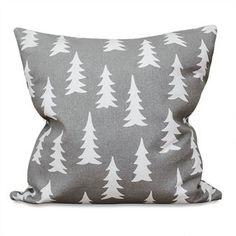 Ge din soffa en ny stil med Gran kuddfodral från Fine Little Day! Granmönstret är designat av Elisabeth Dunker och är ett av Fine Little Days mest ikoniska mönster. Det är inspirerat av den skandinaviska skogen och är här tryckt på ett ekologiskt bomullstyg av högsta kvalitet. Finns i flera olika färger!