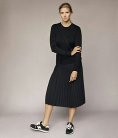 · All in black outfit · Skirt & New Balance snakers | Look en total black · Falda y bambas New Balance ·