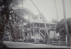 Winkelgebouw C.K.C te Coronie, later Logeergebouw.   Datum: Locatie: Coronie, Suriname Vervaardiger: Inv. Nr.:  57/2-18 Fotoarchief Stichting Surinaams Museum