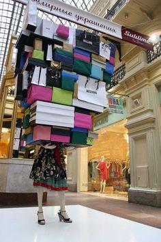 Marisa: Me parece una idea muy divertida la de que el maniquí parezca que se lleva toda la tienda.