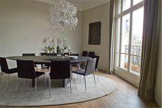 Salle-a-manger-design-mur-gris-meuble-noir-rideaux-taupe