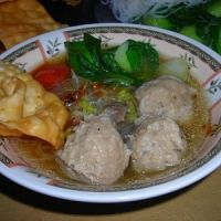 Indonesian Meatballs Bakso Recipe - to be attempted soon. We really loved this soup and talk about it often, but haven't attempted making it yet. Food N, Good Food, Fun Food, Indonesian Cuisine, Indonesian Recipes, Asian Recipes, Healthy Recipes, Dinner For One, Small Meals