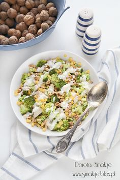 Sałatka brokułowa z kurczakiem, kukurydzą i orzechami