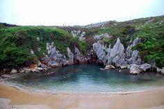 Playa Gulpiyuri en Asturias. Recogida en el artículo: '65 fotos que inspiran un viaje a España'