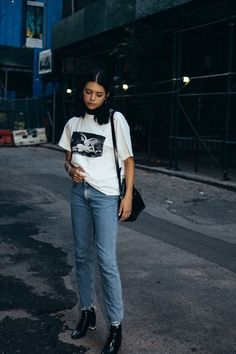 Layer a turtleneck under a graphic t-shirt and jeans for a cool, casual outfit Fashion Mode, Fast Fashion, Fashion Killa, Look Fashion, Womens Fashion, Fashion Trends, Indie Outfits, Style Outfits, Cute Outfits