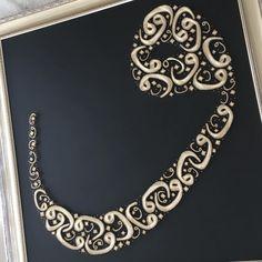 Sonunda bitti.içinde bir çok hayali barındırıyor...#Filografi #vavharfi #sanat #emek #art #çivi #tel #ulucami #vav #aşk Arabic Calligraphy Art, Caligraphy, Hand Embroidery, Machine Embroidery, Quilling Art, String Art, Islamic Art, Wallpaper Quotes, Watercolor Art