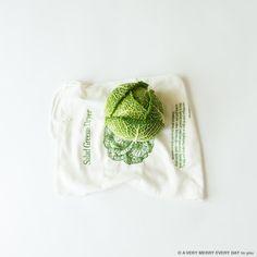 National Cabbage Day US月17日はNational Cabbage...  National Cabbage Day US  月17日はNational Cabbage Day ちょっと変わったキャベツを用意しました サボイキャベツです 日本ではちりめんキャベツと呼ばれていて あまり八百屋さんで見かけませんが ヨーロッパでは身近なキャベツです フランスのサボイ地方で作られていたのが 名前の由来なのだとか  サボイキャベツの下に敷いているのは 洗ったサラダの葉っぱをこの中に入れて 水気を切るための袋なんです Salad Greens Dryerって書いてますよね すごーく昔にアメリカで買って ずっと持っているんですが サラダを作る用にはあまり使わず もっぱら野菜を冷蔵庫に入れる時の 保存袋として使ってます なのでもうすごいシミだらけです 岡尾美代子