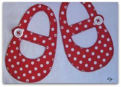 Camiseta blanca con manoletinas rojas con topitos blancos. Easy Sewing Projects, Sewing Crafts, Projects To Try, Applique Patterns, Embroidery Applique, Costura Diy, Baby Sewing, Baby Gifts, Patches