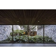 VR House / Alexanderson Arquitectos Completed in 2017 in Guadalajara Mexico. Images by César Bejar. Located into a residential area in Guadalajara in a land of rugged topography and a peculiar geometry; the project is conceived starting from the. Design Hotel, Space Architecture, Residential Architecture, Patio Design, House Design, Casa Patio, Tropical Houses, Outdoor Spaces, Interior And Exterior