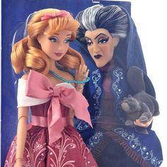 """Apesar de gostar das roupas originais (ou seja, iguais as dosdesenhos), a Disney tem um segmento de bonecas lindaschamado de """"Fairytale Designer"""", onde traz as personagens com roupas mais detalhadas, com estampas e tecidos especiais, bordados e pedrinhas. Agora em setembro lança mais uma parte dessas gracinhas – a """"Heroes and Villains"""" – que serão 4 duplinhas: a Cinderela e Lady Tremaine, Aurora e Malévola, Bela e Gastão e a..."""