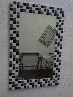 Espelho redondo em mosaico de pastilha de vidro com espelho cristal 3mm ( não distorce a imagem refletida). Cores - escolha as suas combinações de cores. Tamanhos - 65 cm ( altura) x 45 cm ( largura) Frete por conta do comprador, consulte a disponibilidade de entrega para a sua região. R$ 275,00