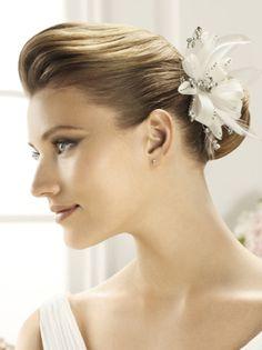 No hay nada más importante para tu look de novia que elegir el peinado que llevarás ese día tan especial. Si ya decidiste cuál será el estilo, entonces no queda más que complementarlo con una de estas elegantes tocados para peinado de novia colección Pronovias 2013.