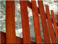 Csiszolt akácfa oszlopokból épített kerítés Garden Borders, Industrial Loft, Fence, Zulu, Storage, Purse Storage, Industrial Loft Apartment, Larger, Zulu Language