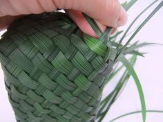 To weave the sides create a sharp corner by folding and weaving the grass. Flax Weaving, Weaving Art, Weaving Patterns, Basket Weaving, Maori Art, Flower Boxes, Flowers, Flower Show, Decoration