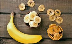 Πολύ βολικό τρόφιμο η μπανάνα. Έρχεται έτοιμη για φάγωμα μέσα στην παχιά συσκευασία της, χωρίς να προβάλλει καμία αντίσταση όταν χρειαστεί να την ξεφλουδίσουμε, χωρίς καμία απαίτηση για κάποιο εργαλείο, χωρίς φύρα, δηλαδή χωρίς κουκούτσια και μεμβράνες στην γλυκιά, κρεμώδη και άφθονη σάρκα της. Είναι μαλακιά, είναι εύπεπτη, είναι αρωματική. Χρησιμοποιείται ιδιαιτέρως στην ζαχαροπλαστική, υπάρχει σε λικέρ και σε κάποιους τόπους εξάγουν και ένα ισχυρό αλκοολούχο ποτό από την ζύμωση της…
