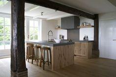Eikenhouten keuken op maat en als eye catcher de sloophouten planken bij de bar. Gemaakt door Sijmen Interieur.