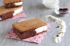 Biscotto gelato bigusto che assomiglia al Cucciolone fatto in casa o al Duetto: gustosa base di biscotto, crema alla panna e crema al cacao. Straordinario!