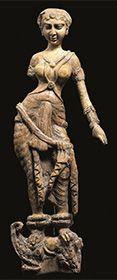 マカラの上に立つ女性像