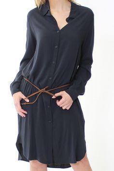 DesignerBluse in Navy Blue von Liu Jo   die lange Blusehat ein leichtes und fließendes Material   auf der Vorderseite befindet sich eine Knopfleiste   Eingrifftaschen an der Naht   kleiner Kragen   Band a