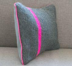 Coussin tricoté rose fluo