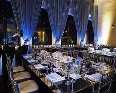 Salón de bodas con cortinas en azul - Las luces ayudan a resaltar lugares específicos del salón de bodas y crear un ambiente elegante