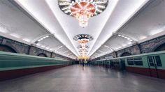 北朝鮮の地下鉄は2路線、16の駅があり、世界で最も深い地下鉄であり、一部では地下110メートルにもなります。エスカレーターを利用して地下深くに下ります。この長い距離の移動中、国を称える言葉や音楽が大音量で聞こえてきます。- ParsToday | フォトギャラリー、世界で最も深く神秘的な地下鉄はどこの国のものか?