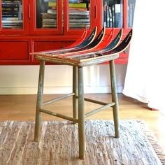 Do you like fun and unique furniture? This stool is easy to make out of old skis, and is sure to be a conversation starter! (In Swedish)