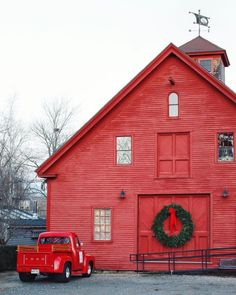 red barn w/ oversized wreath & vintage red truck Country Barns, Country Living, Country Life, Country Roads, Barn Pictures, Farm Barn, Red Barns, Old Buildings, Rustic Barn