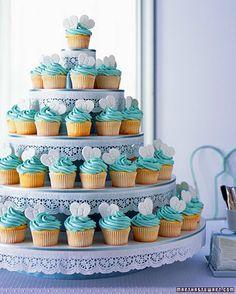 Bolo com cupcakes, forminha azul e vermelho ou marrom... barrinhas e corante azul