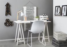 Met behulp van deze mooie zwarte en witte woonaccessoires creëer je een fijne studeer- of werkplek in huis. Met dit stoere bureau op schragen maak je het hoekje helemaal af! #kwantum #thuiswerken #circusverlichting #verlichting #studeren #werkplek  #organiseren
