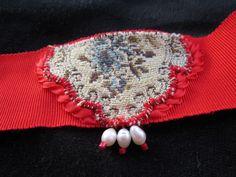 Collier avec incrustation tissu tapisserie vintage, ruban, perles, fil fantaisie  #colliertissu