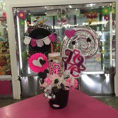 Hermosos detalles Disponibles en Tienda!!! #Floristeria #Tarjeteria #Regalos #Peluches #Ymas #Cagua #CalleComercio #Dencantos Candy Bouquet, Balloon Bouquet, Ideas Para Fiestas, Candy Gifts, Birthday Fun, Balloon Decorations, Gift Baskets, Diy And Crafts, Valentines Day