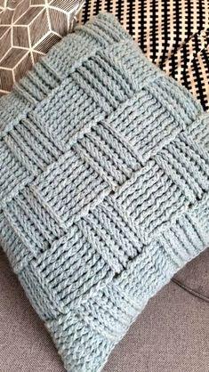 Gehaakte Kussen in Reliefsteek! Nog een gehaakt Kussen in Reliefstokjes Nu voor mijn andere dochter, die wilde natuurlijk ook. Crochet Pillow Cases, Crochet Cushion Cover, Crochet Pillow Pattern, Crochet Motifs, Crochet Stitches, Knit Pillow, Love Crochet, Diy Crochet, Crochet Baby
