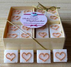 *32 verzierte Zuckerwürfel mit handgezeichneten, goldenen Herzen (wahlweise auch in silber)! im günstigen BIG PACK*     Dekorieren Sie Ihre Hochzeitstafel im eleganten Stil mit diesen schönen Zuckerwürfeln!