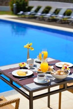 Relazing Breakfast by the Pool Breakfast Around The World, Breakfast In Bed, Happy Weekend, Recipe Of The Day, Coffee Time, Outdoor Dining, How To Look Pretty, Food Videos, Good Morning