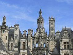 Château de Chambord - La Tour Lanterne s'élève à 32 mètres et surmonte toutes les cheminées de Chambord. Son sommet, au lieu d'être coiffé d'une croix, est coiffé d'une fleur de lys, symbole de la monarchie française.