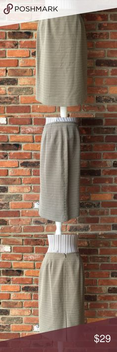 Le Suit Skirt Size 10  24in long black and white. Le Suit Skirt. Size 10. 24in long black and white.  Pattern with a rear zipper and clasp. Add your favorite shirt and shoes paired with some jewelry and your ready to work in style. Le Suit Skirts
